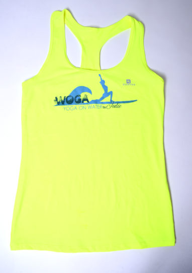 Instructor Shirt gelb mit dem WOGA Logo auf der Brust